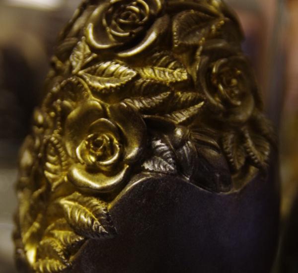 Velikonoční velké vejce dekorované zlatem.